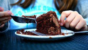 אישה אוכלת עוגה
